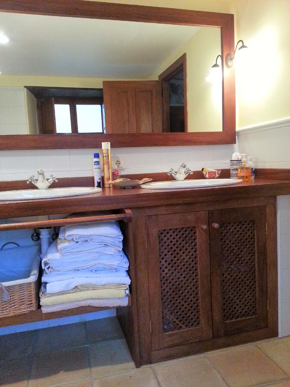 Mueble de baño con celosía
