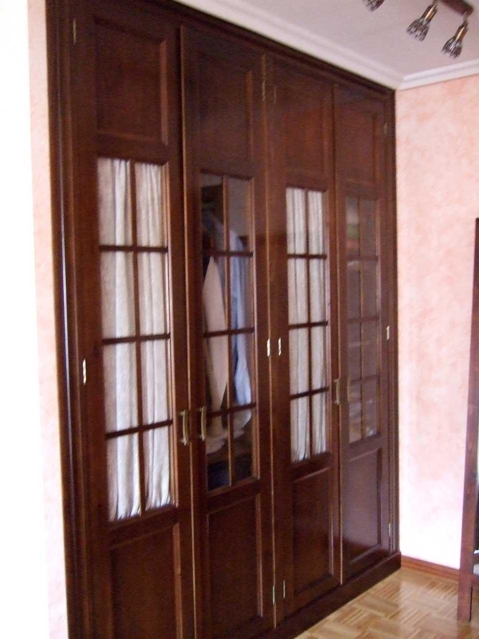 Armario con vitrinas en Pino teñido color nogal