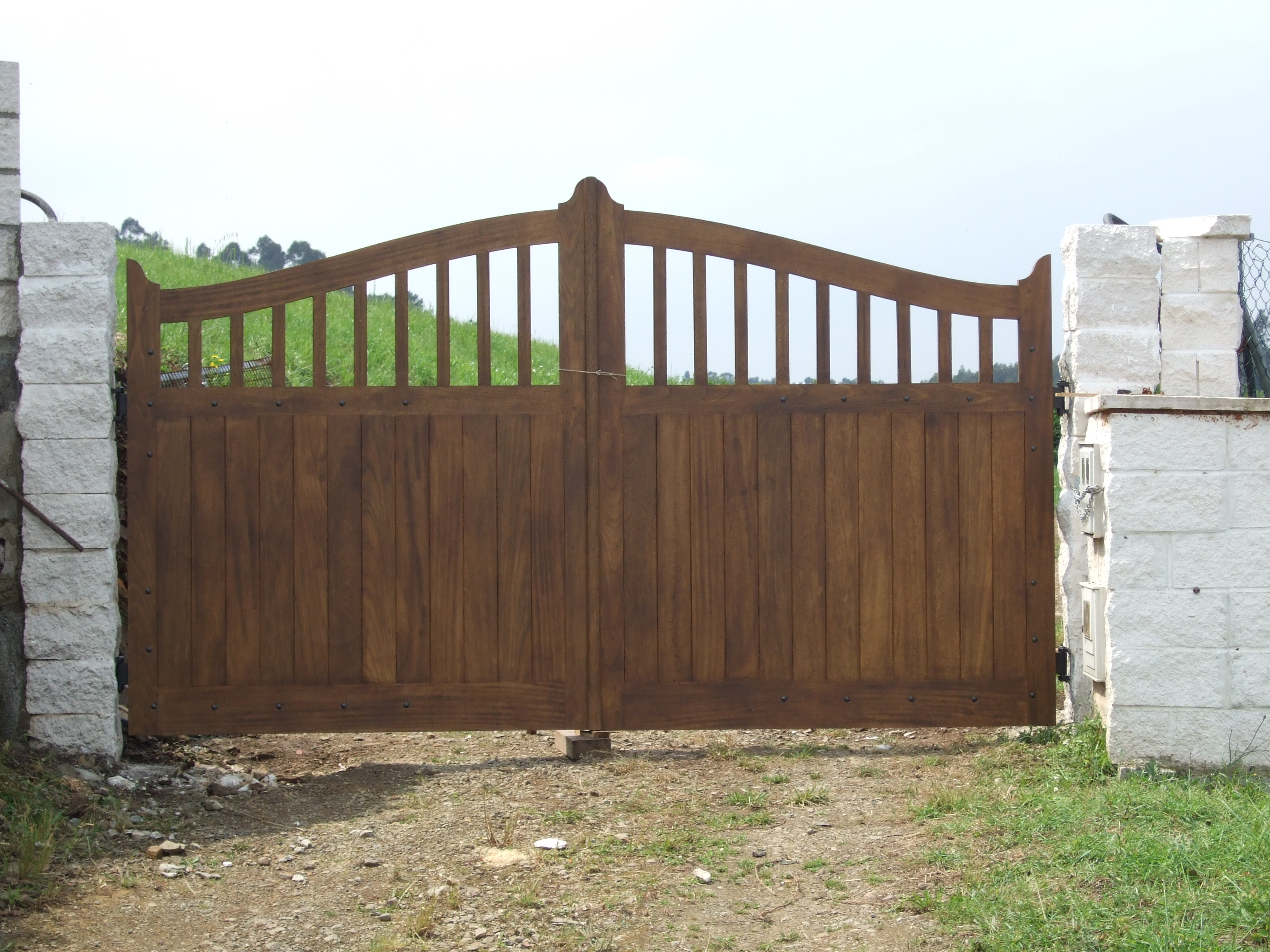 Portón de Iroko con barrotes