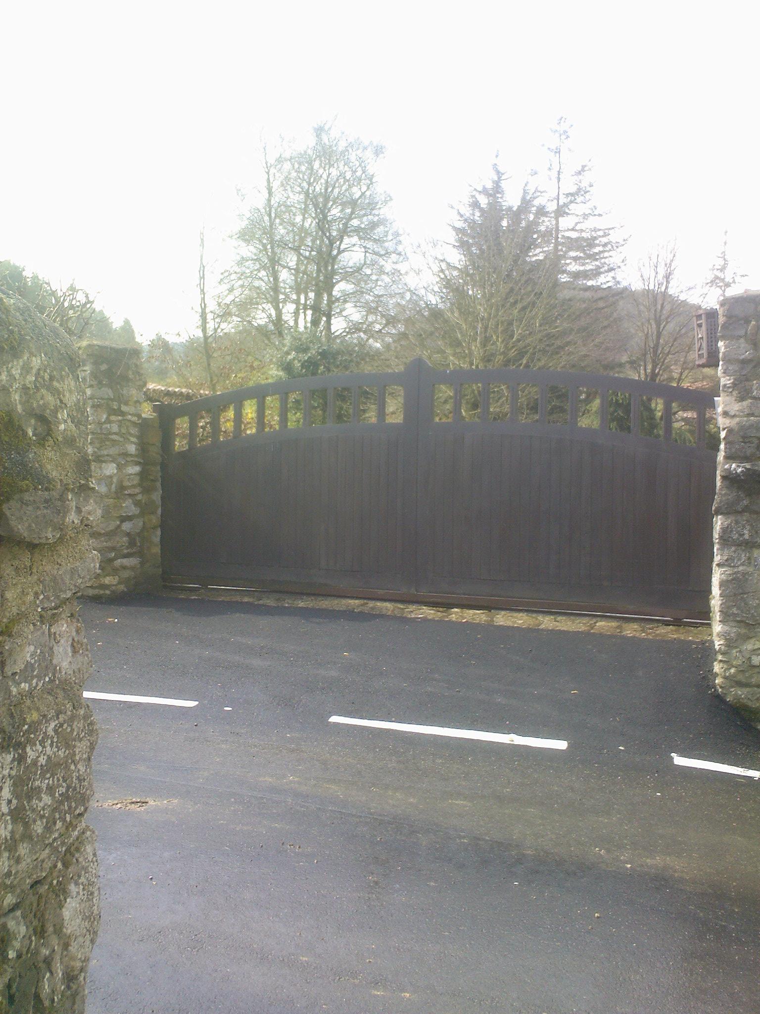 Portón de Iroko en arco