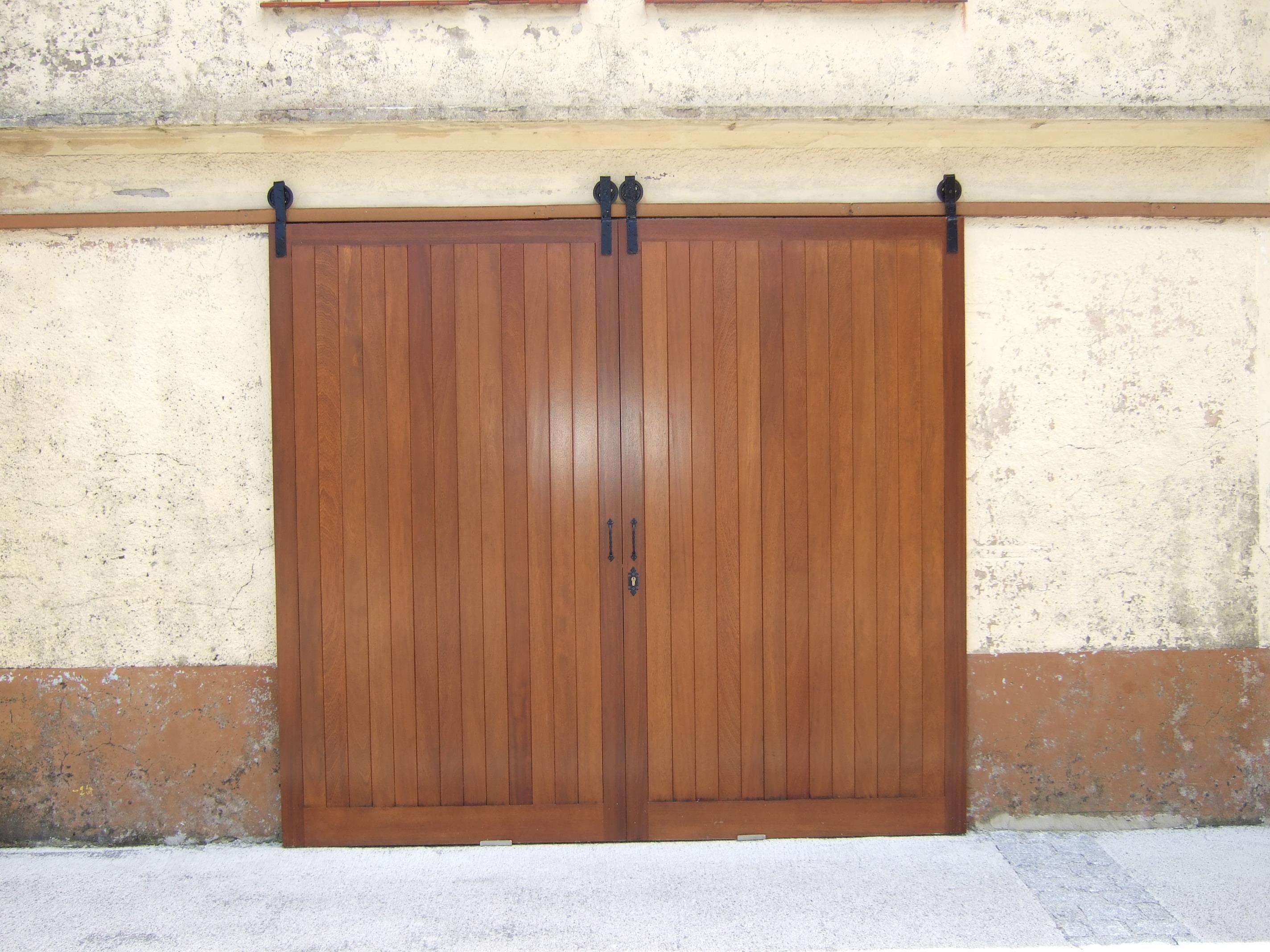 Portón corredero de iroko con tabla